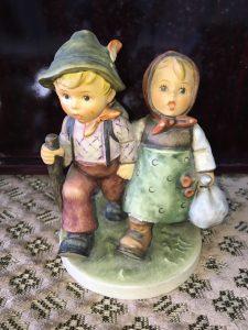 世田谷区等々力にて陶磁器人形のフンメル人形を買取致しました。